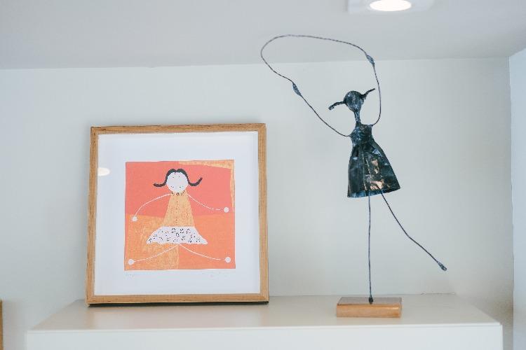 esculturas de Sandra Barreiro em quarto infantil