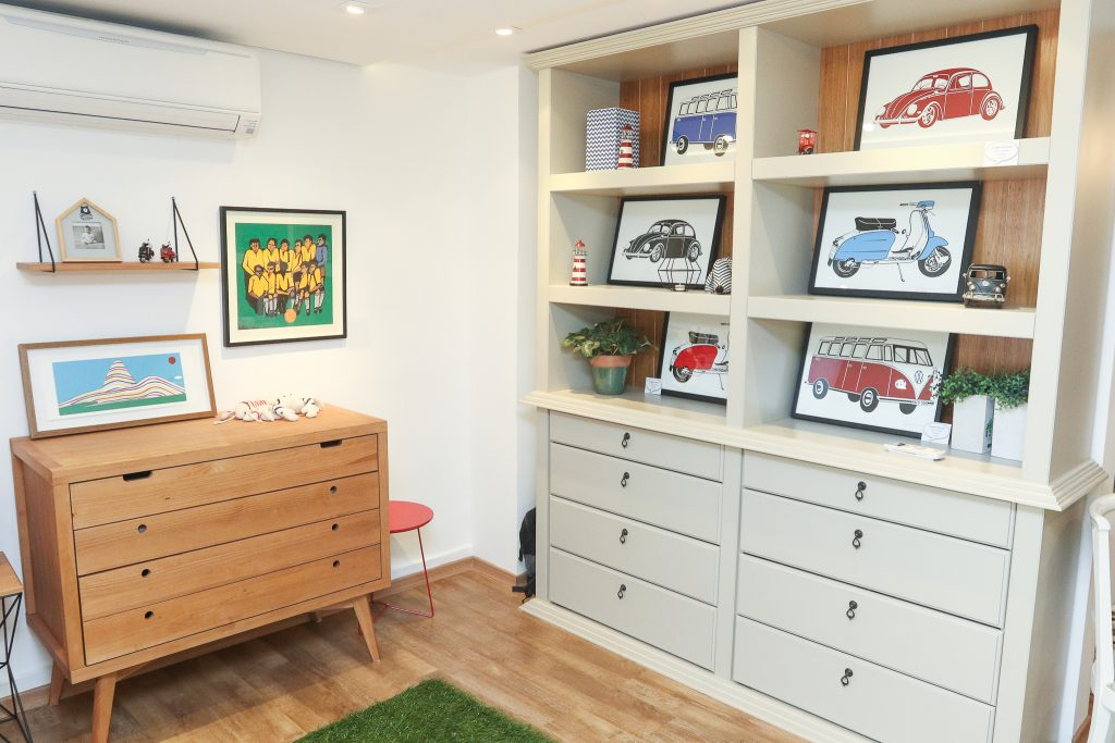 estantes e comoda com quadros de arte infantil