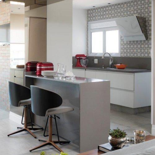 cozinha  com bancada no projeto de Patricia Pasquini