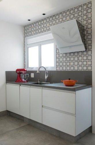 Parede de azulejos decorados na cozinha por Patricia Pasquini