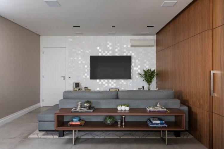 sala de tv com aparador atras do sofá no projeto de Patricia Pasquini