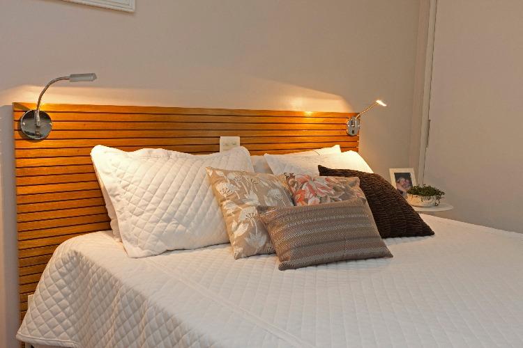 iluminação na cabeceira da cama assinada por Luciane Korn