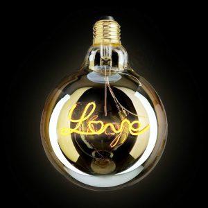 Creative Lamps: marca de luminárias customizáveis é inaugurada no Rio de Janeiro. Lampada dourada com o filamento escrito a palavra Love, amor em inglês.