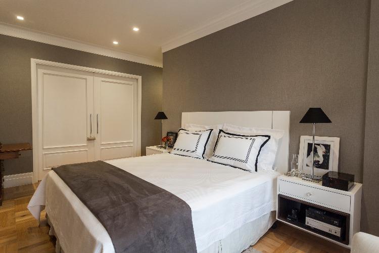 roupas de cama no quarto assinado por Luciane Korn
