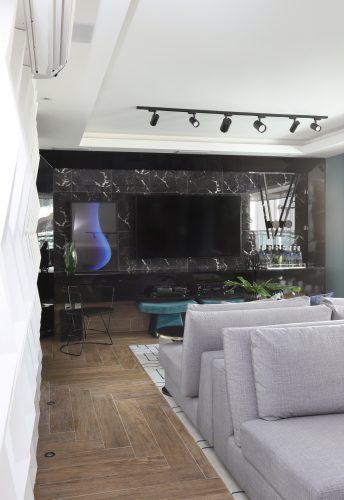 home theather em marmore preto na casa da Mari saad, assinada por Spaço Interior