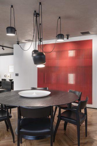Quadro vermelho e mesa Micasa no projeto de Consuelo Jorge
