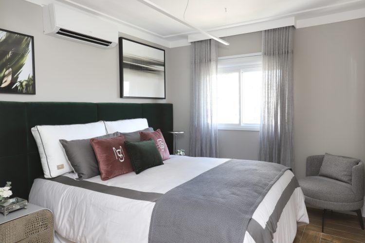 Spaço Interior assina projeto da casa nova da influenciadora Mari Saad. Suite casal com cabeceira da cama em capitonê alta