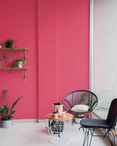 cadeiras com parede ao fundo pintada com a cor rosa sedução da Sherwin Williams
