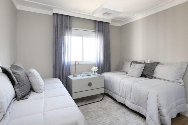 Spaço Interior assina projeto da casa nova da influenciadora Mari Saad. Quarto de hospedes com duas bicamas e decorado na cor cinza.