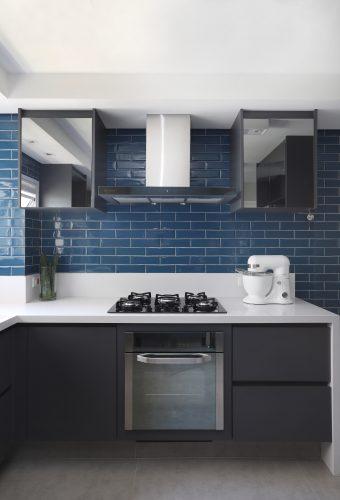Spaço Interior assina projeto da casa nova da influenciadora Mari Saad. Cozinha com bancada em corian branco e revestimentos na cor azul.