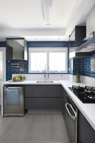 Spaço Interior assina projeto da casa nova da influenciadora Mari Saad. Cozinha com revestimentos na cor azul e bancada branca.
