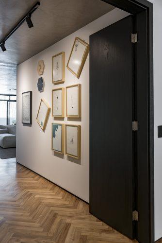 parede com quadros no projeto de Consuelo Jorge