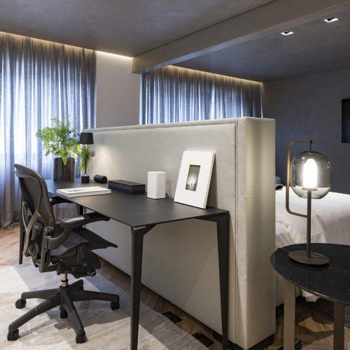 escritorio no quarto assinado por Consuelo Jorge