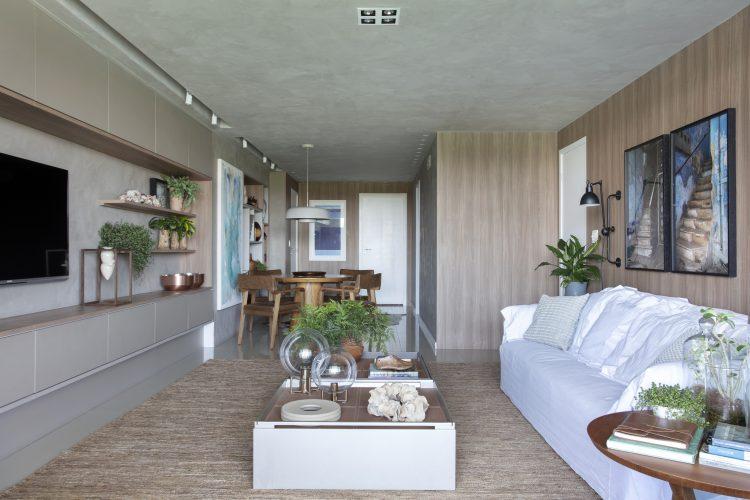 sala com sofa branco assinada por Carmen Mouro