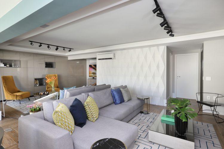 Spaço Interior assina projeto da casa nova da influenciadora Mari Saad. Living com sofá cinza e trilho com sposts no teto