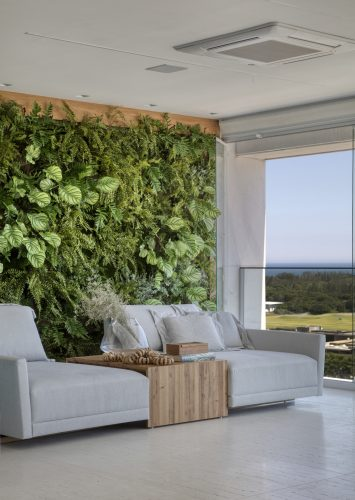 Varanda com Jardim vertical da Garden Design Paisagismo, assinada por Studio MH
