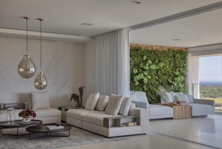 sala e varanda com parede verde assinada por Studio MH
