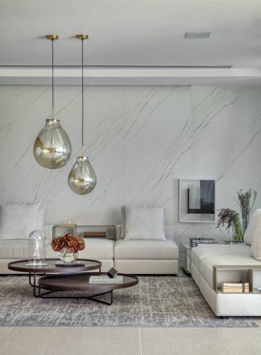 Sala em tons de branco assinada por Studio MH