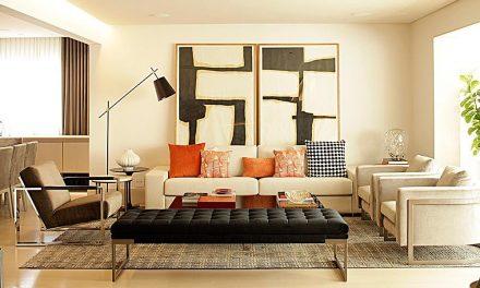 Painéis de madeira nogueira se destacam em apartamento assinado por Denise Barretto