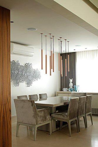 sala de jantar com pendente lumini assinado por Denise Barretto