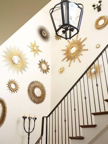 Decorando a parede da escada. Coleção de espelhos