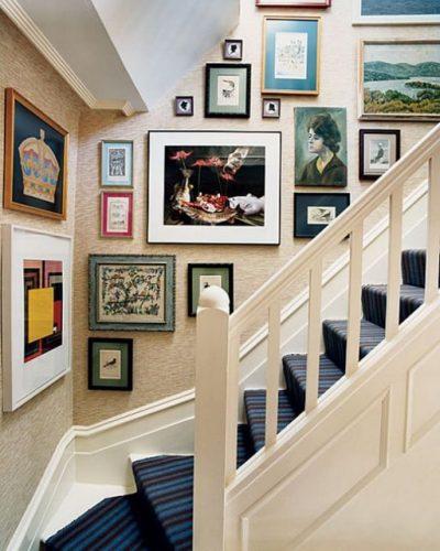 Decorando a parede da escada. Coleção de quadros
