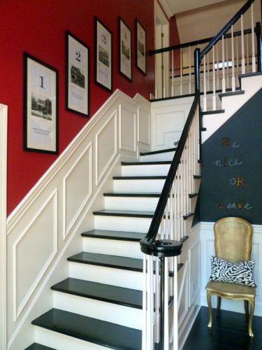 Decorando a parede da escada. Parede pintada de vermelho e quadros