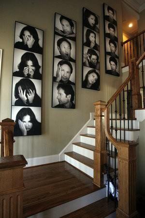 Decorando a parede da escada. Fotos em preto e branco