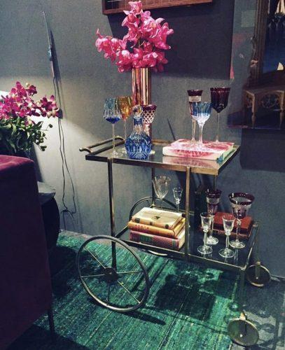 Decorando com os signos, a casa do geminiano. Carinho de chá usado como bar, móveis com  mais de uma utilidade.