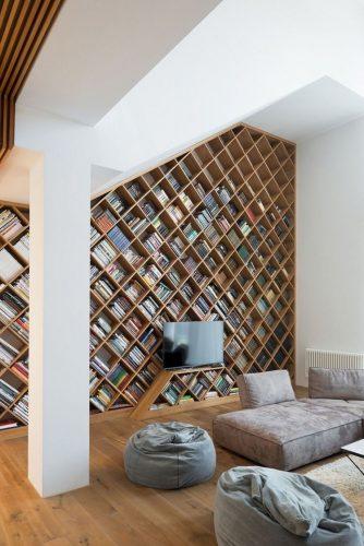Decorando com os signos, a casa do geminiano. Estante repleta de nichos para os livros, geminiano adora ler.
