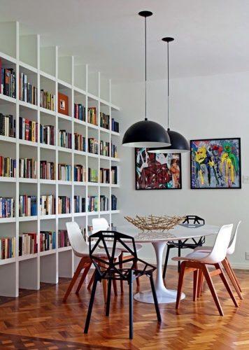 Decorando com os signos, a casa do geminiano. Sala de jantar com estante de livros, geminiano adora ler.
