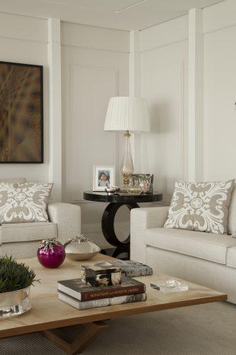 sofa e abajur bege na sala decorada por Leonardo Junqueira