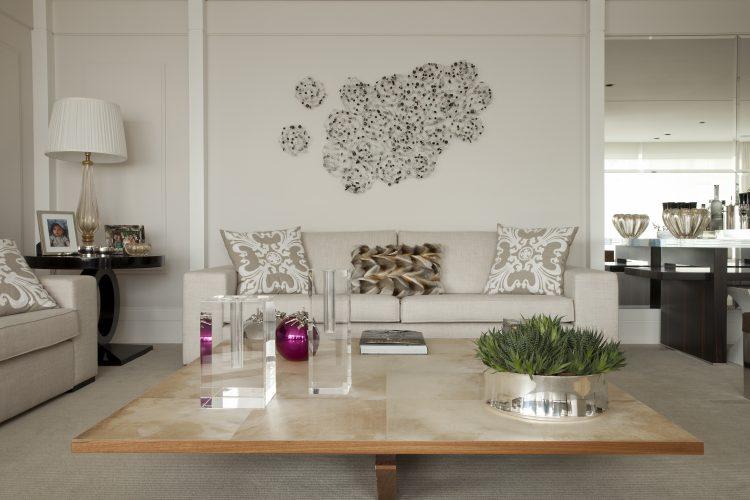 sala com sofa em tons de bege assinado por Leonardo Junqueira
