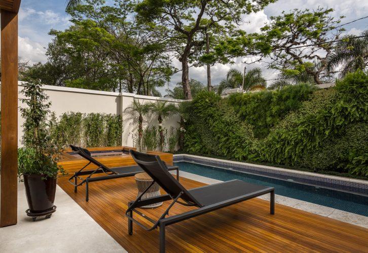 Deck de madeira com o paisagismo de Marianne Ramos