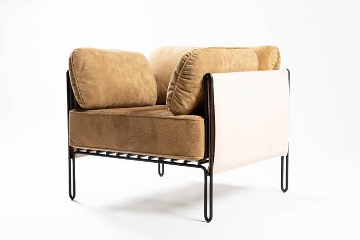 Poltrona com estrutura em aço carbono e couro caramelo costurado á mão, design do brasiliense Samuel Lamas.