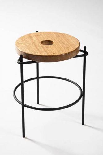 Banqueta com estrutura tubular em aço carbono, feita manualmente. design do brasiliense Samuel Lamas.