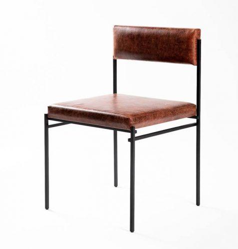 Cadeira com estrutura tubular em aço carbono e estofado em couro.design do brasiliense Samuel Lamas.