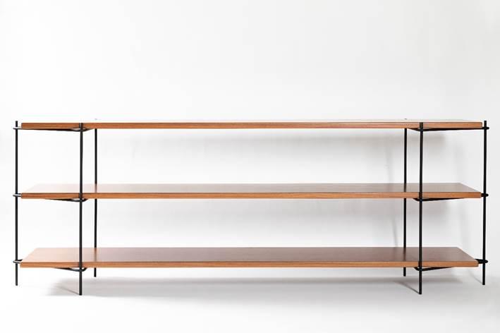 Estante com estrutura tubular em aço carbono que sustenta três pranchas em madeira maciça. design do brasiliense Samuel Lamas.