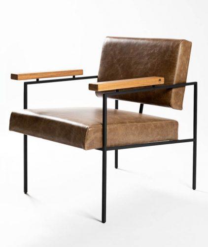 Poltrona com estrutura tubular em aço carbono, braços em madeira freijó e estofado em couro. design do brasiliense Samuel Lamas.