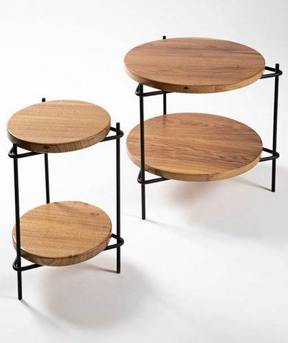 Mesa lateral com estrutura tubular em aço carbono e tampo em madeira maciça. design do brasiliense Samuel Lamas.