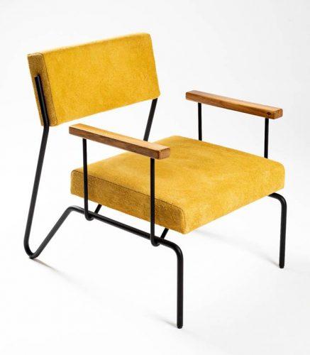 Poltrona com estrutura em aço carbono, braços em madeira freijó e estofado em camurça.design do brasiliense Samuel Lamas.