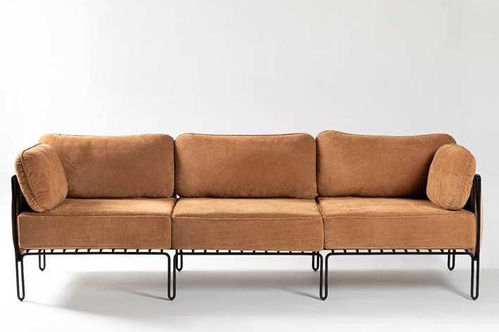 Sofá com estrutura em aço carbono e e couro costurado à mão, design do brasiliense Samuel Lamas.
