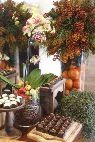 Décor para receber no Carnaval com Feijoada, o match que dá o maior samba. Mesa de doces com arranjos de flores  com laranja e pimentinhas.