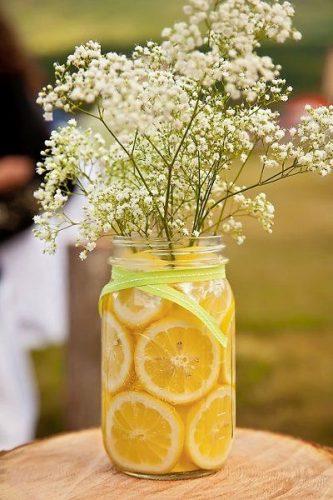 Décor para receber no Carnaval com Feijoada, o match que dá o maior samba.. Arranjos de flores decorado com laranjas.