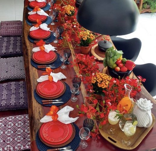 Décor para receber no Carnaval com Feijoada, o match que dá o maior samba. Mesa para decorada com arranjos de legumes e verduras.