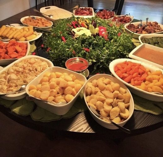 Décor para receber no Carnaval com Feijoada, o match que dá o maior samba. Mesa de feijoada com centro de mesa decorado com legumes .