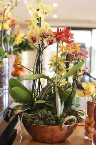 Décor para receber no Carnaval com Feijoada, o match que dá o maior samba. Tacho com arranjo de orquídeas , sugestão do blog Vamos Receber.
