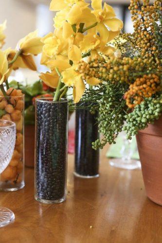 Décor para receber no Carnaval com Feijoada, o match que dá o maior samba. Feijão no arranjo de orquídeas enfeitam a mesa. Sugestão do blog Vamos Receber.
