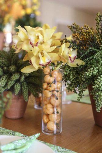 Décor para receber no Carnaval com Feijoada, o match que dá o maior samba. Pimentinhas enfeitam o arranjo de orquídeas, sugestão do blog Vamos Receber.