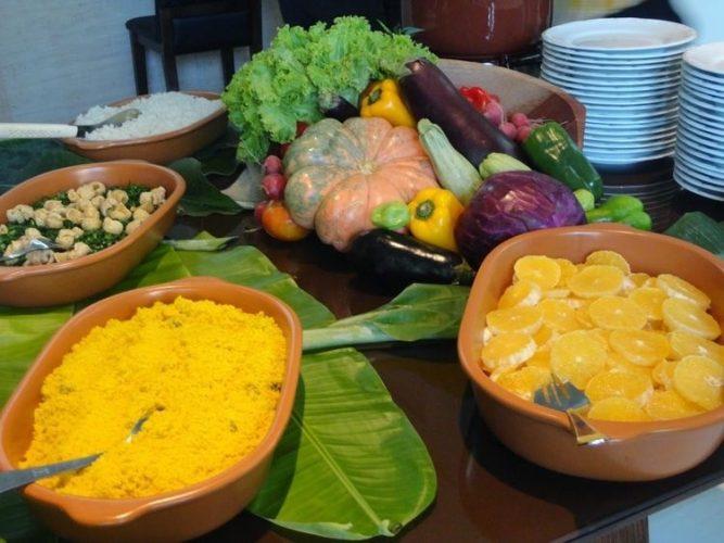 Décor para receber no Carnaval com Feijoada, o match que dá o maior samba. Mesa de feijoada decorada com centro e mesa feito com legumes e verduras.